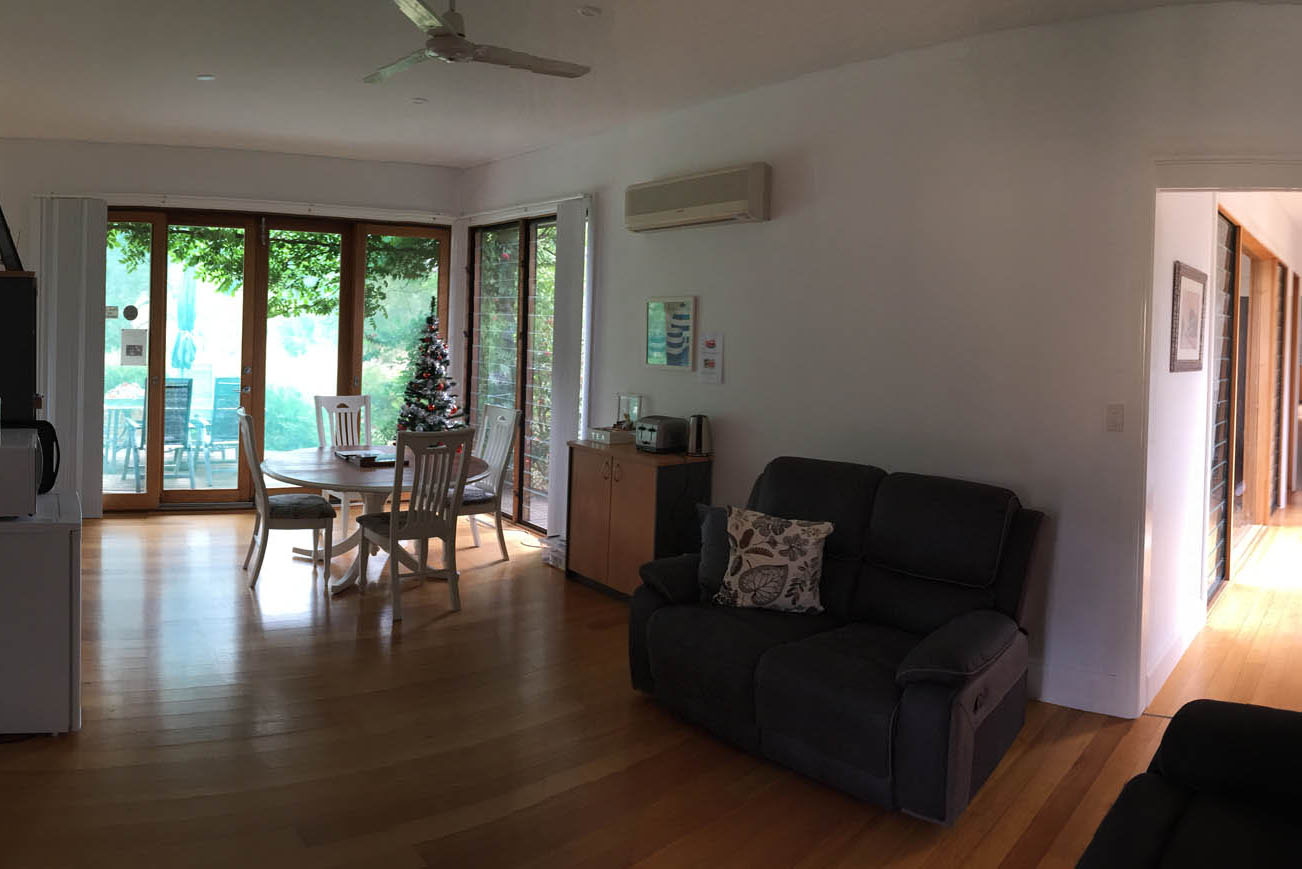 guest lounge area at henty lodge ferguson valley